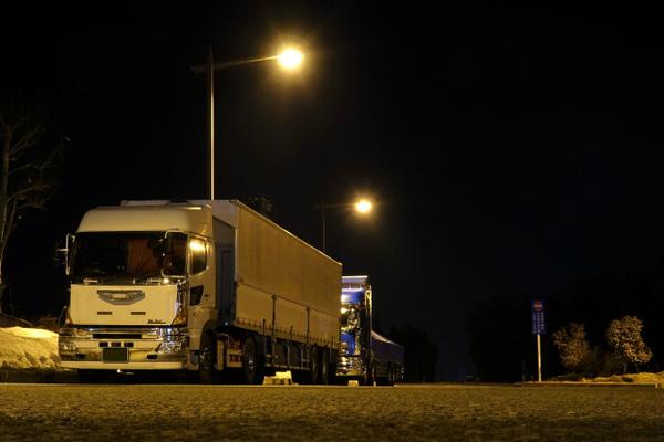 長距離トラックドライバーの休息について